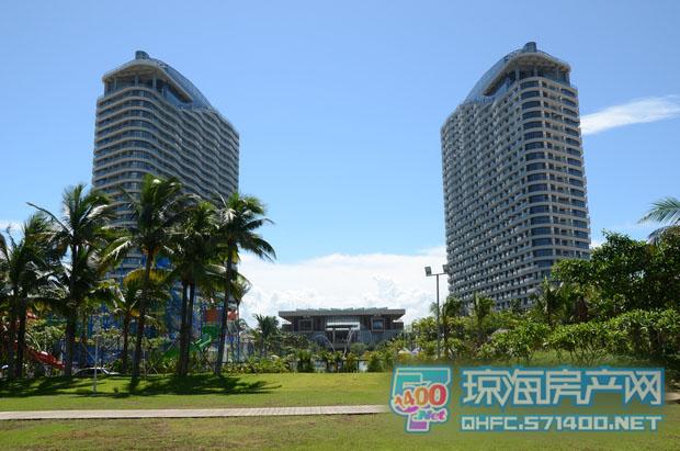 项目分别由六个岛屿别墅组团,六栋波浪形高层公寓和一线海景别墅三大
