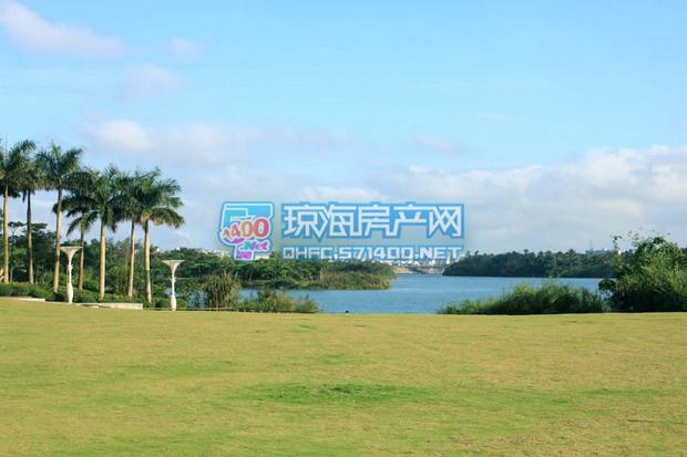 距项目百米左右的喷泉广场与万泉河