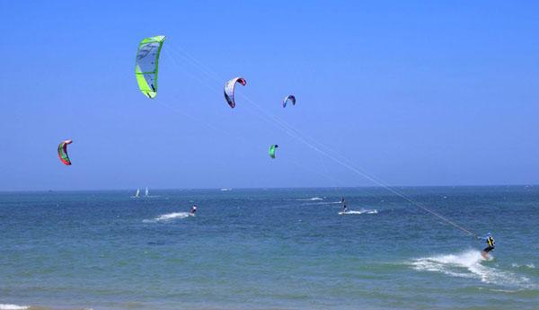 一直与体育、健康联系紧密,举办风筝冲浪赛事的机会对其品牌价值的提升有着极大的推动作用。博鳌金湾斥巨资建设运动馆、风筝冲浪训练基地等,改造建设了海滩及防护林。  博鳌金湾风筝冲浪 除风筝冲浪之外,博鳌金湾还将引进各项海上休闲运动项目,形成以风筝冲浪、海上缆绳滑板冲浪为主,集运动、休闲、养生、培训、餐饮等多元素的南海休闲文化乐园。